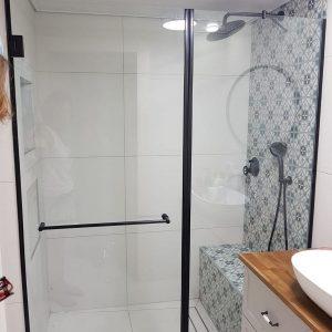 מקלחון חזית עם פרזול שחור